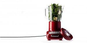 Rød blender med salat