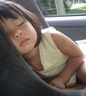 Barn der sover i autostol
