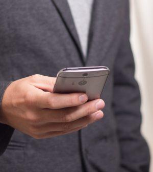 Mand holder en smartphone
