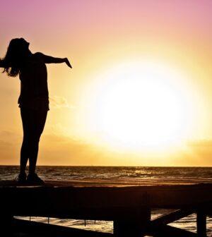 Solopgang med kvinde i forgrunden