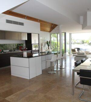 Køkken / Spisestue med stort vindue
