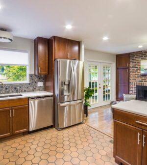 793f08eb I denne tid hvor alle køkkener er hvide, uden greb og uden personlighed,  kan man nemt skille sig ud ved at vælge flotte og unikke fliser som  bagbeklædning ...