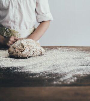 Kvinde bager brød