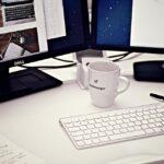 Drik kaffe fra vores espressomaskine, mens du arbejder med computere