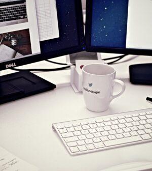 Kaffe ved computer
