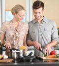 Par laver mad i køkken